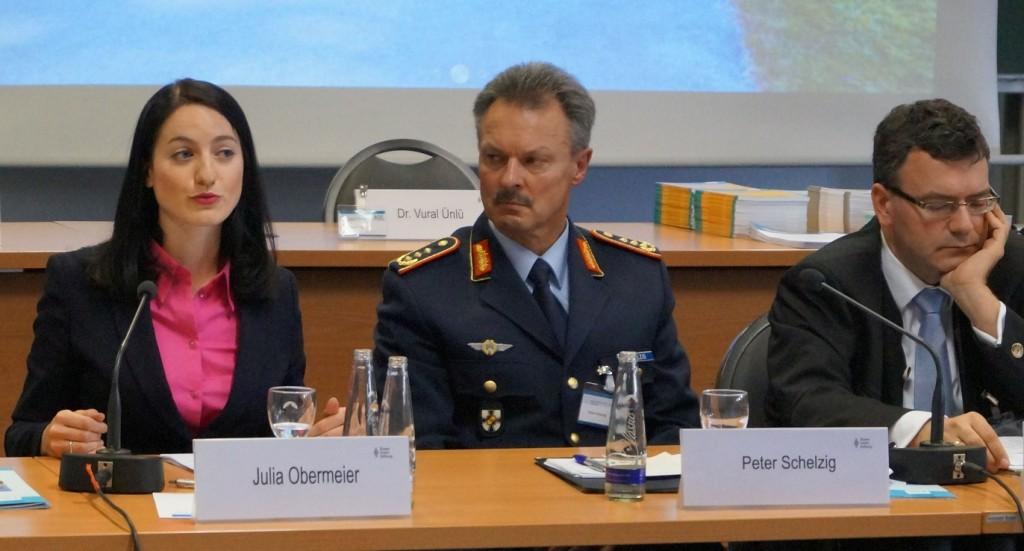 Julia Obermeier MdB zusammen mit Generalleutnant Peter Schelzig und Dr. Florian Herrmann MdL